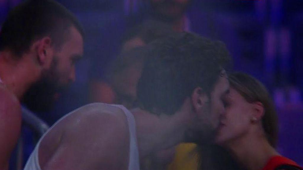 ¡El beso más tierno de Pau Gasol con su novia tras ganar la medalla de bronce!