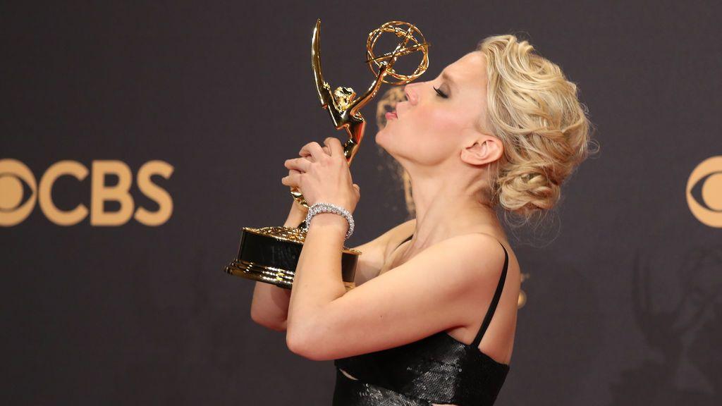Kate McKinnon besa su Emmy a mejor actriz de reparto de comedia