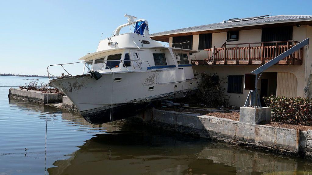 Un barco y una casa afectados por el huracán Irma