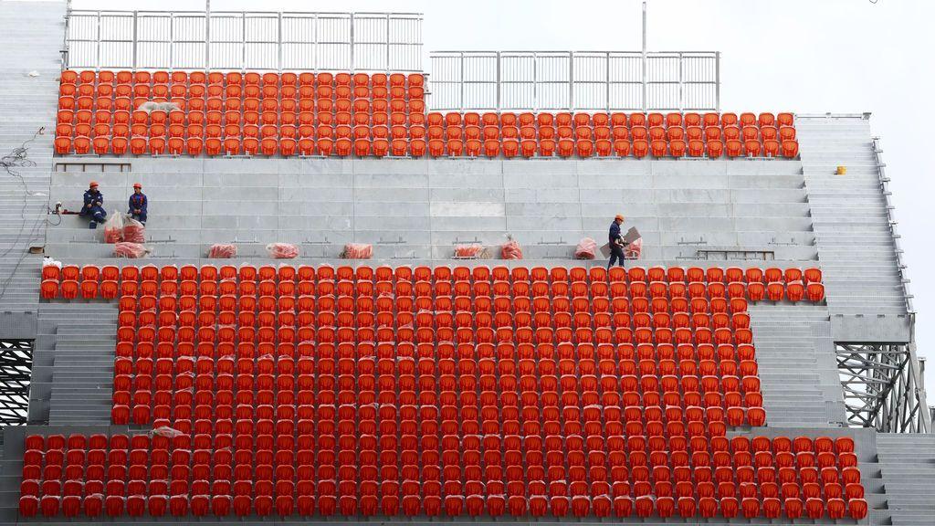 Trabajadores construyen el Ekaterinburg Arena, estadio que acogerá los partidos de la Copa Mundial FIFA 2018 en Rusia