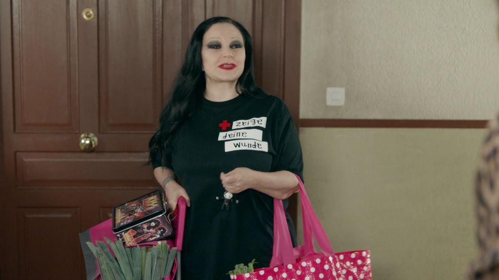 Alaska homenajea a David Delfín en 'Ella es tu padre' con esta camiseta