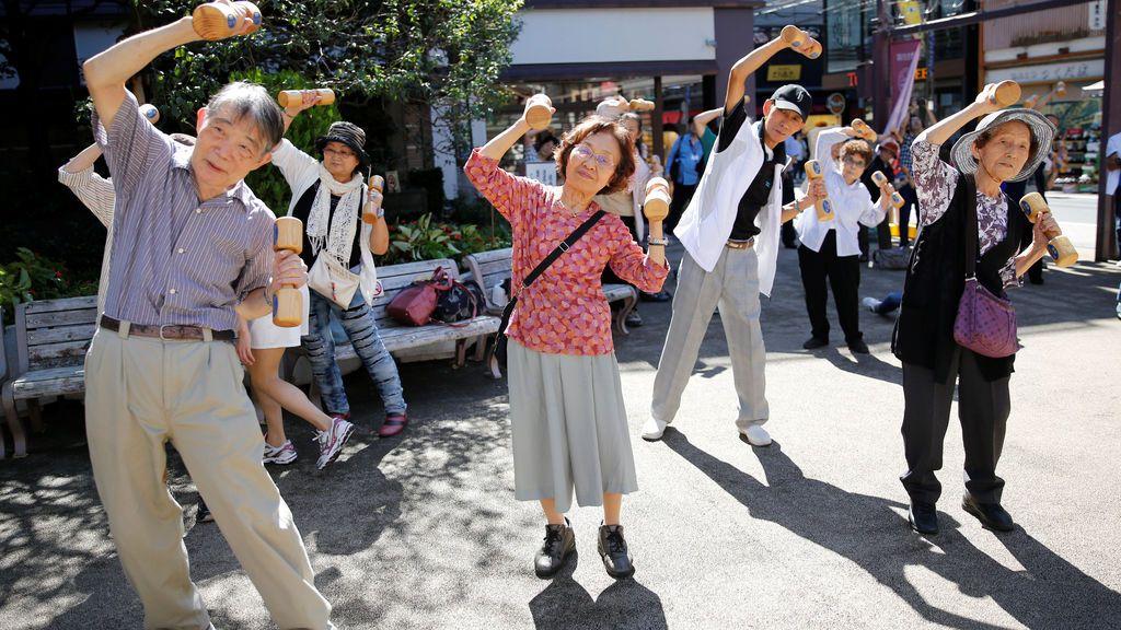 Personas de la tercera edad ejercitándose en el Tokyo