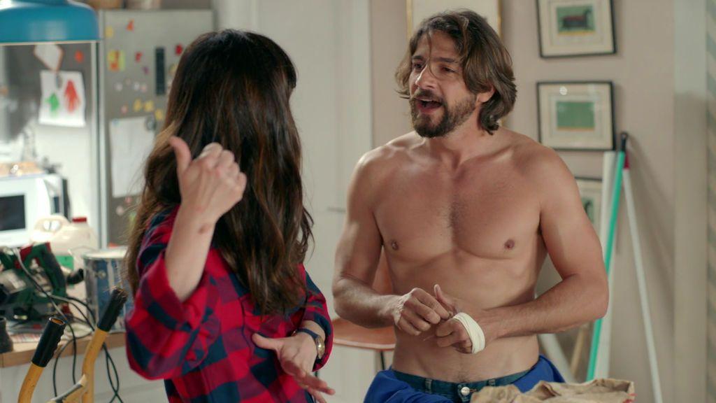 Juan Carlos se quita la camiseta... ¡y vuelve loca  a Sara con sus abdominales!