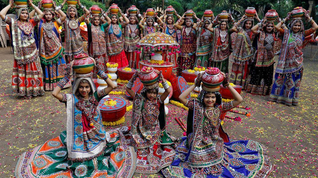 Artistas vestidos de forma tradicional a punto de interpretar un baile tradicional para venerar a la divinidad Durga, en la India
