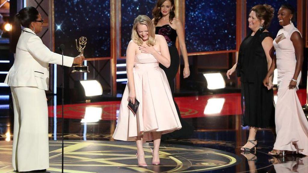 Elisabeth Moss recibe el premio a mejor actriz por el drama 'The Handmaid's Tale'