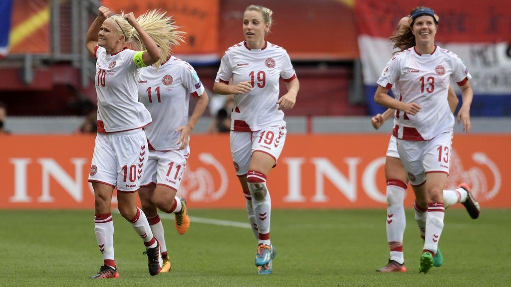 Los futbolistas daneses se rebajan su sueldo a la mitad para ayudar a las féminas de su selección