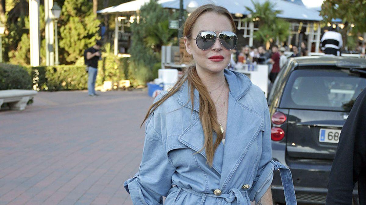 Lindsahy Lohan en chubasquero para la Fashion Week Madrid