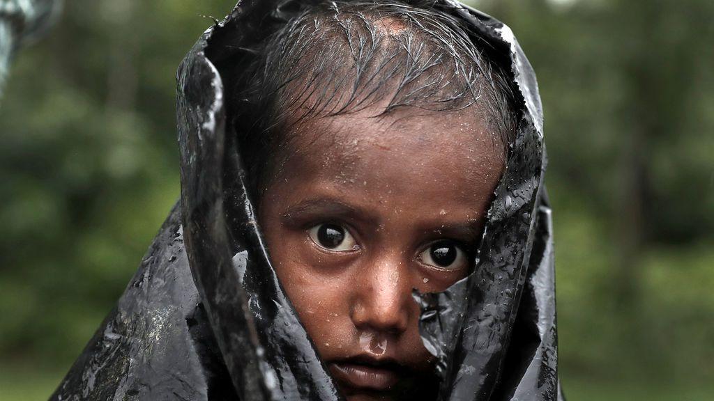 Un niño refugiado de Rohingya espera ayuda en Cox's Bazar, Bangladesh