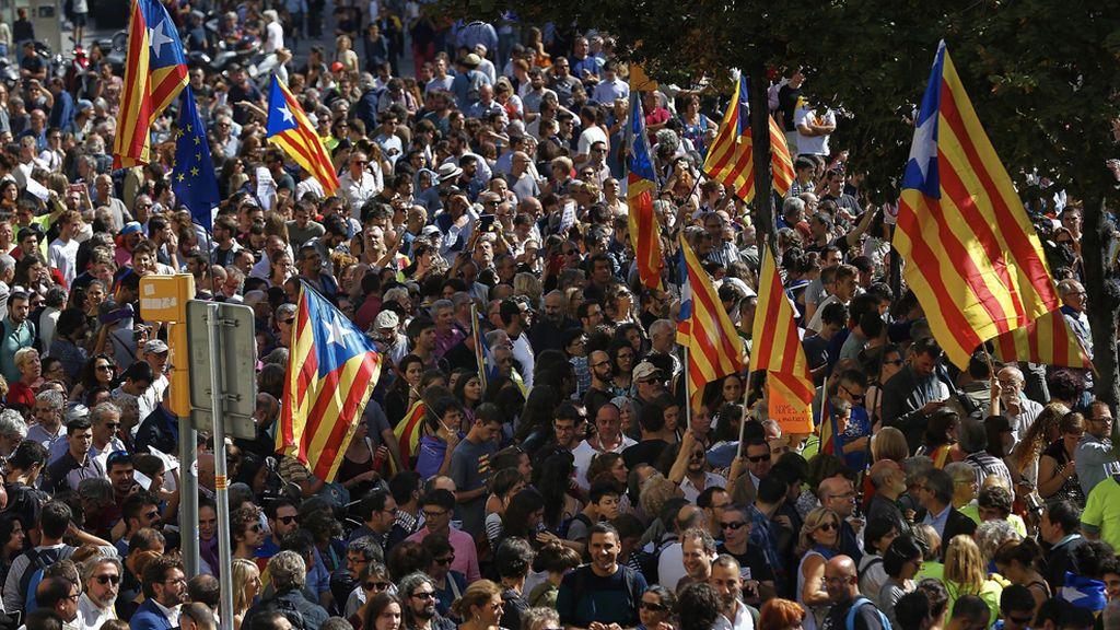 Numerosos manifestantes abarrotan la Rambla de Cataluña