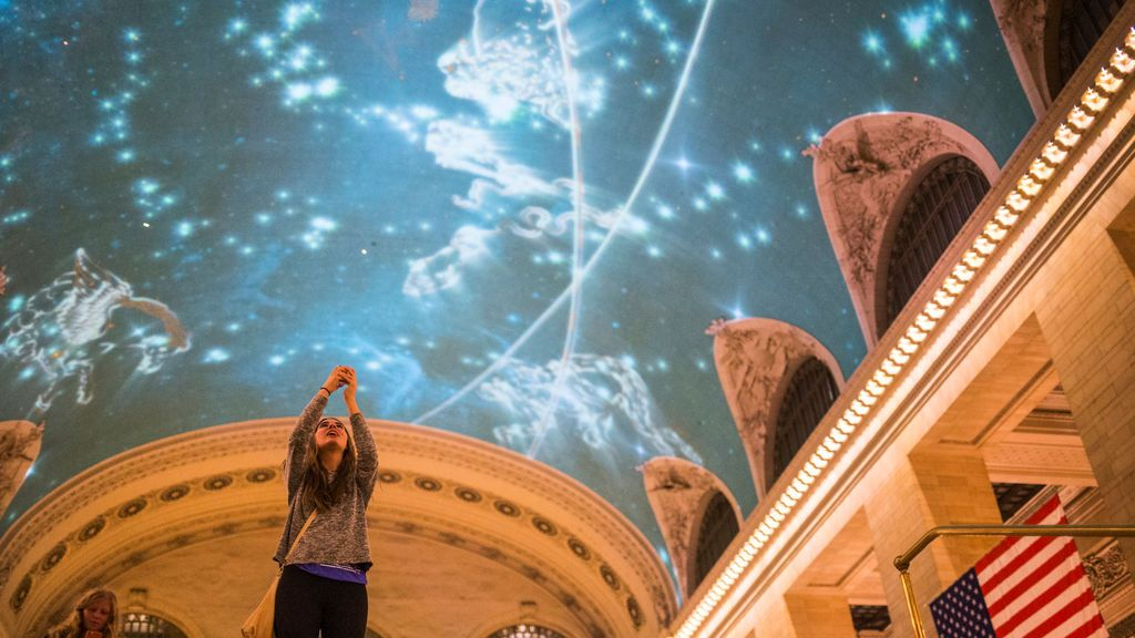 Reconocimiento a las mujeres científicas en el Grand Central Terminal de Nueva York