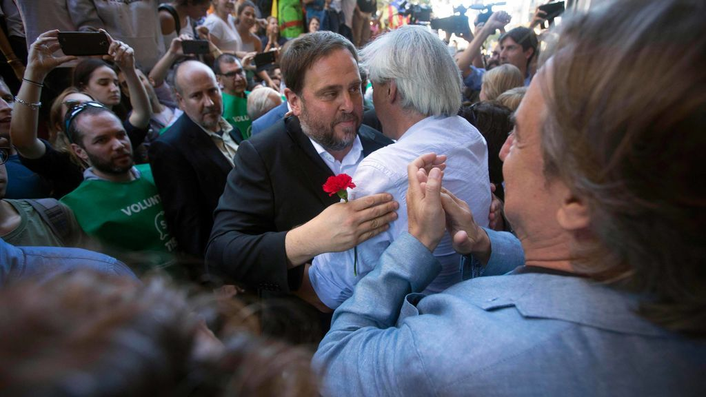 """Junqueras llama a persistir """"para defender las instituciones"""" tras salir de la Consejería"""