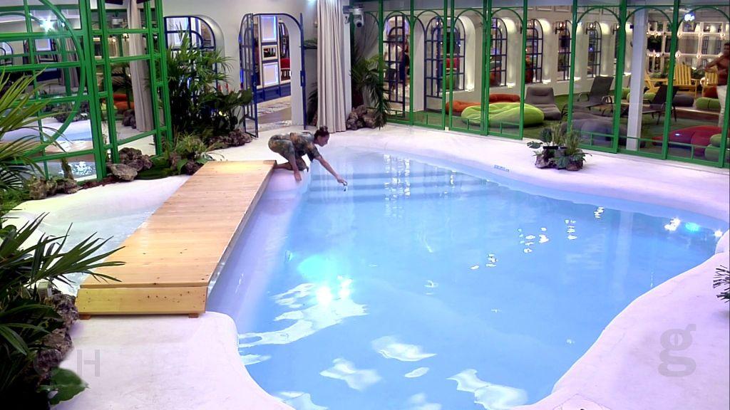 Miriam en la piscina