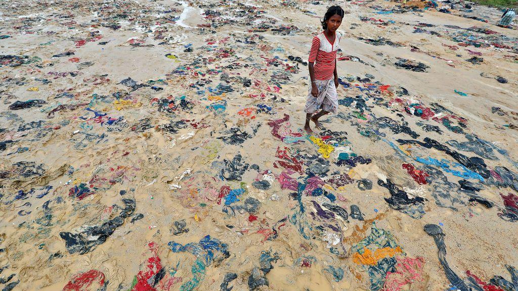 Artículos desechados en un campo de refugiados de Rohingya en Cox's Bazar, Bangladesh