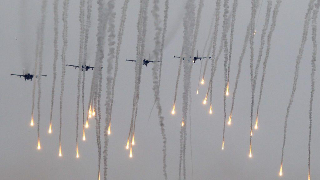 Aviones de combate lanzan bengalas durante los juegos de guerra de Zapad 2017 cerca de la ciudad de Borisov, Bielorrusia