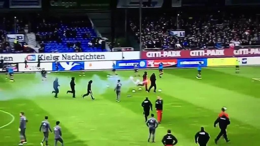 Un grupo de ultras asalta un campo en Alemania para tirar bengalas a la afición rival... ¡y les detienen los propios jugadores!