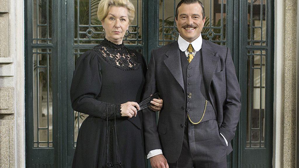 Susana (Amparo Fernández) y Leandro (Raúl Cano Cano), de la sastrería Viuda de Séler
