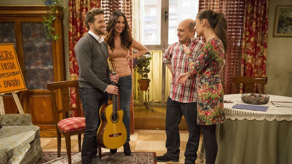 El cantante malagueño, Antonio Resines y José Coronado, cameos de lujo en el episodio centenario de la comedia