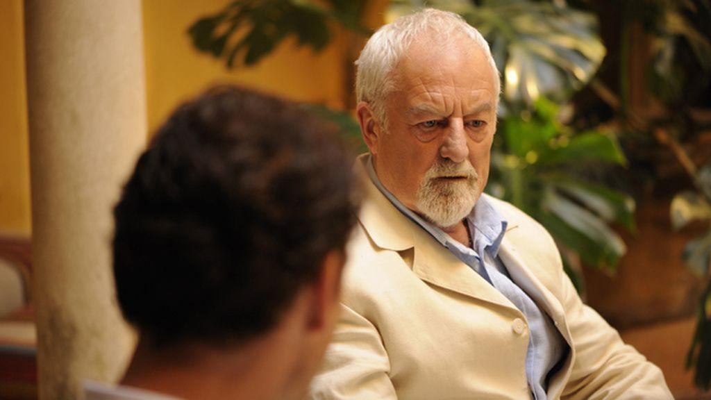 Marton Csokas, un inspector de pasado oscuro que investiga en una Sevilla sombría