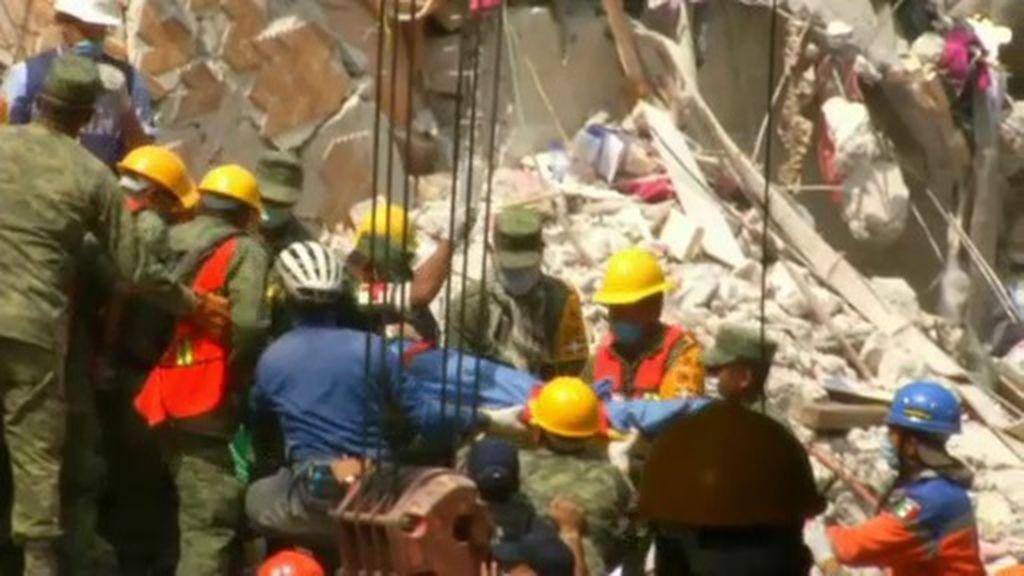 La lucha por encontrar vida entre los escombros continúa dos días después del terremoto
