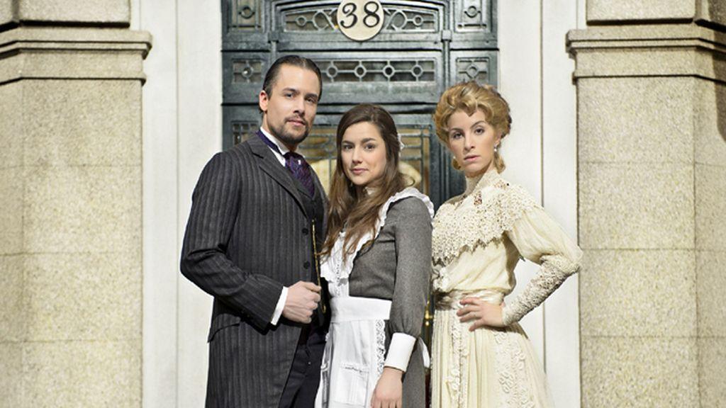 Germán (Roger Berruzo) y Cayetana (Sara Miquel), los De la Serna, y la criada, Manuela (Sheyla Fariña)