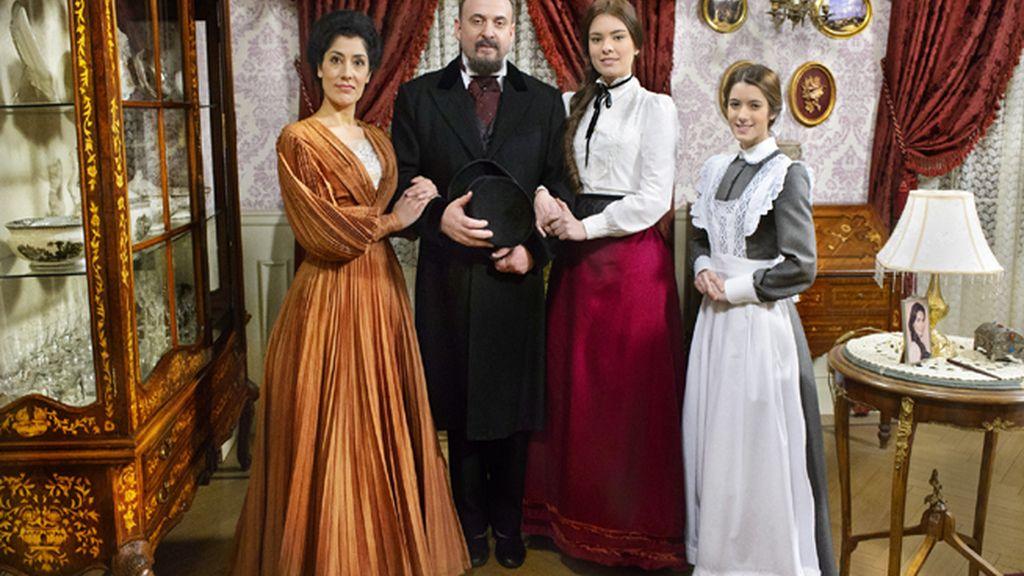 Rosina (Sandra Marchena), Maximiliano (Mariano Llorente) y Leonor (Alba Brunet), los Hidalgo, y la criada, Casilda (Marita Zafra)