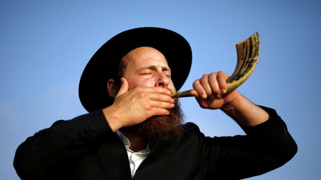 Un judío ultraortodoxo sopla un shofar en Ashdod, Israel