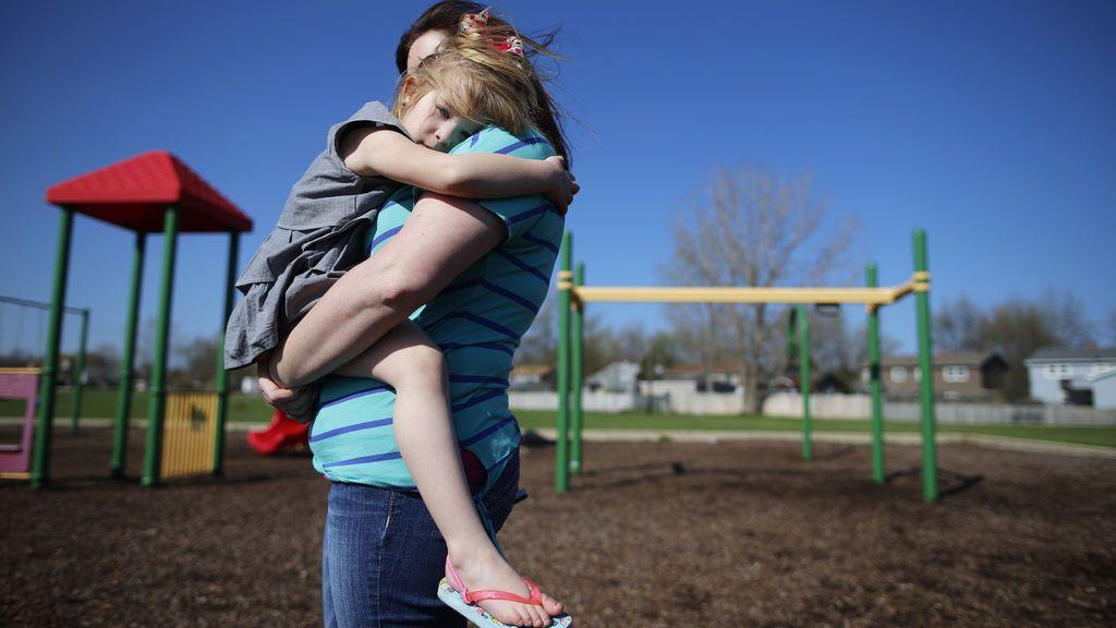 La justicia obliga a una madre víctima de malos tratos a devolver a su hija al padre