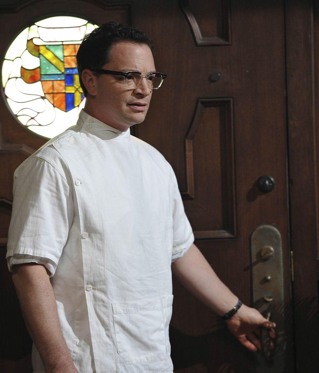 Josh Malina es el doctor Curran