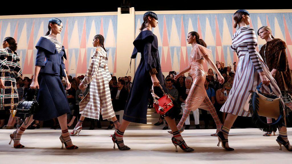 Modelos desfilan durante la Semana de la Moda de Milán