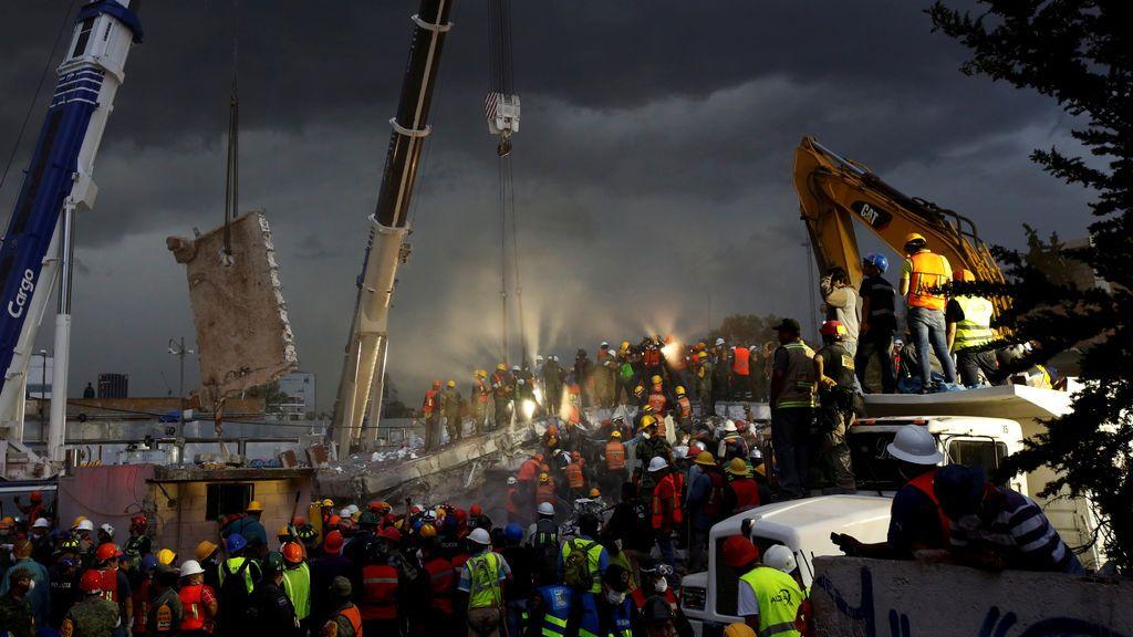 Equipos de rescate buscan vida entre los escombros de un edificio derrumbado tras el terremoto en México