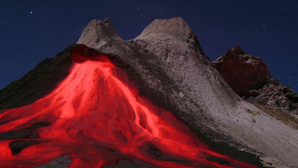 Lenguas de lava deslizándose por las laderas