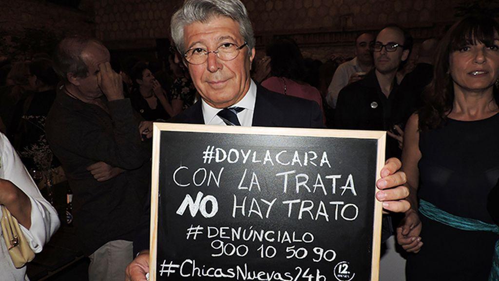 Enrique Cerezo da la cara en el estreno de 'Chicas Nuevas 24 Horas'
