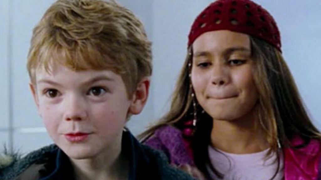 Thomas Brodie-Sangster (Sam) y Olivia Olson (Joanna Anderson)