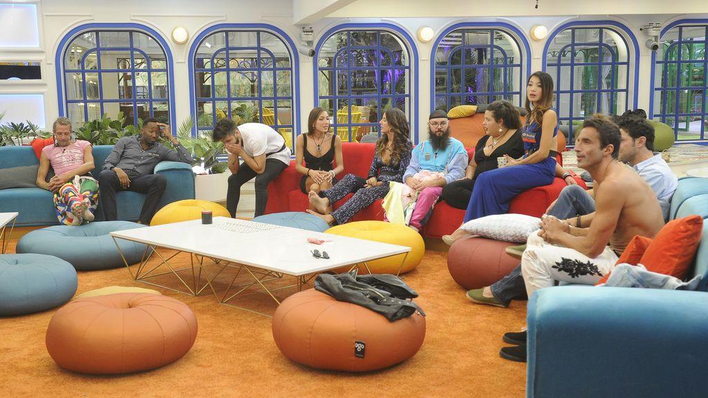 Varios de los concursantes de 'Gran hermano revolution', en la casa durante la primera gala del concurso