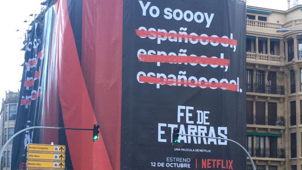Cartel de Netflix en San Sebastián para promocionar la película 'Fe de etarras'
