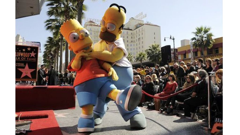Homer y Bart, junto a sus 'voces' -Hank Azaria, Yeardley Smith y Nancy Cartwright-, acompañan al dibujante