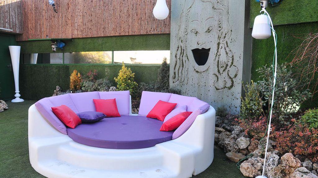 Una cama en la piscina y una ducha transparente, novedades