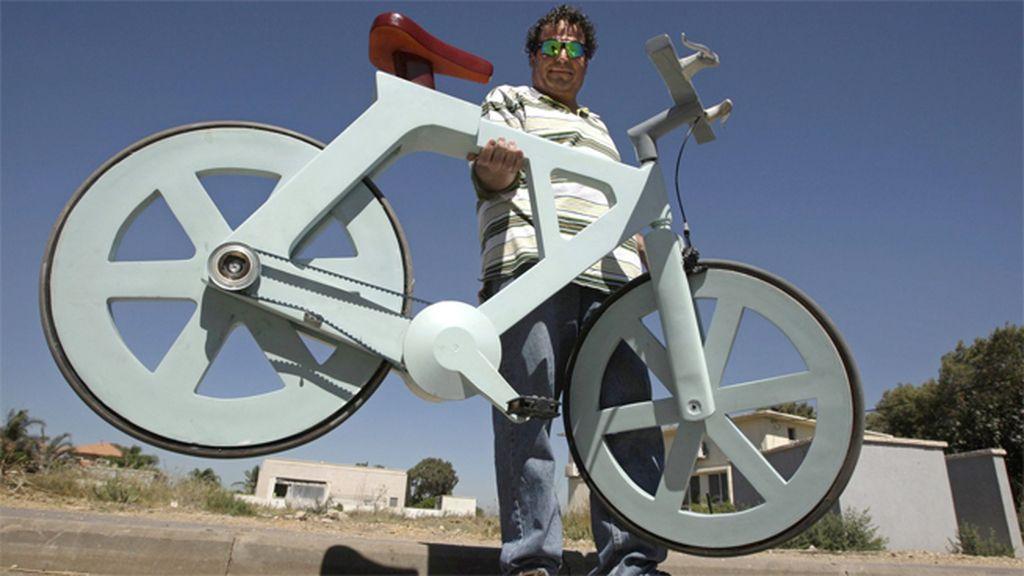 Una bicicleta de cartón