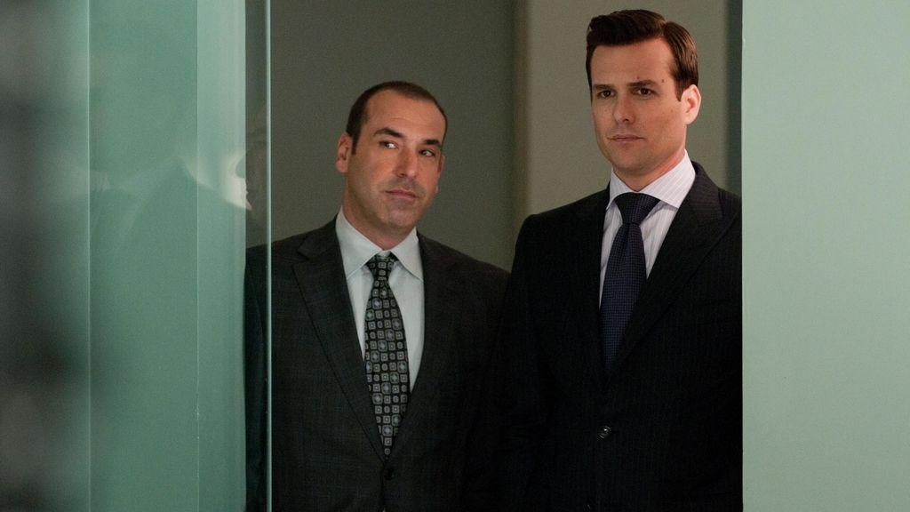 Grandes dosis de provocación e ironía de la mano de dos apuestos abogados en Manhattan
