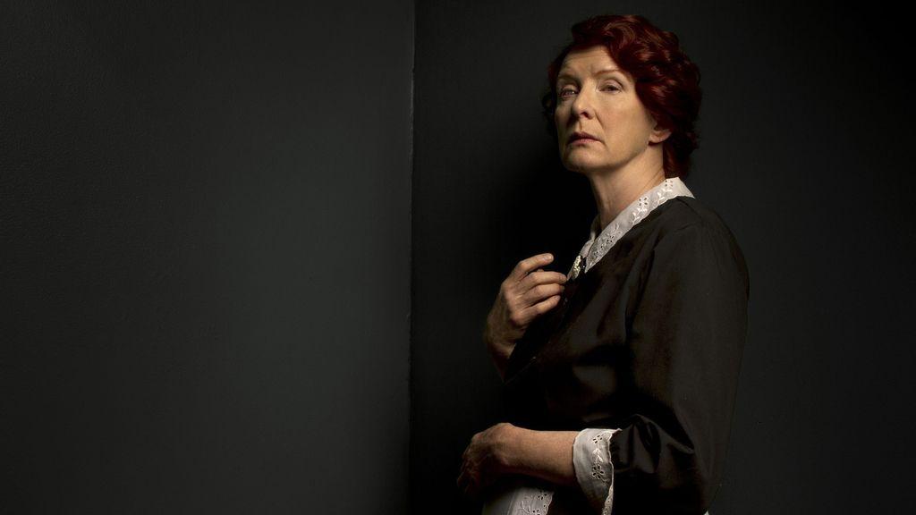 Frances Conroy es Moira