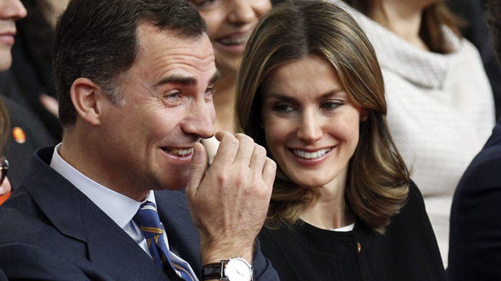Los príncipes de Asturias bromean en el acto