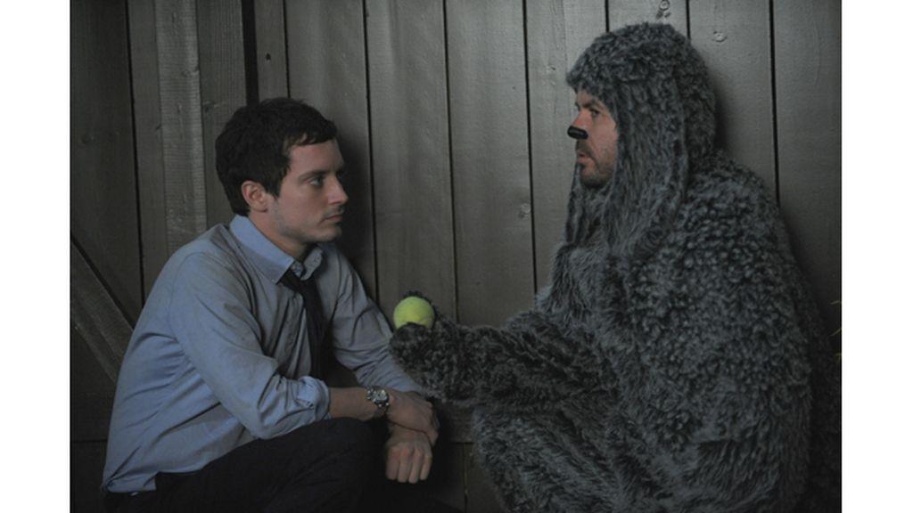 Frodo se entiende con un perro
