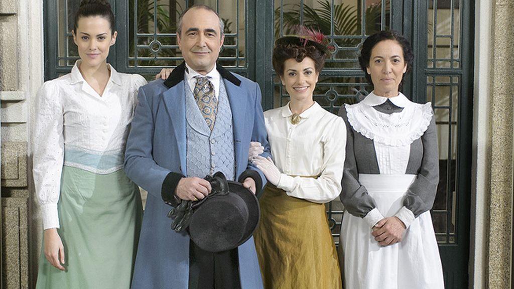 María Luisa (Cristina Abad), Ramón (Juanma Navas) y Trini (Anita del Rey), los Palacios, con la criada