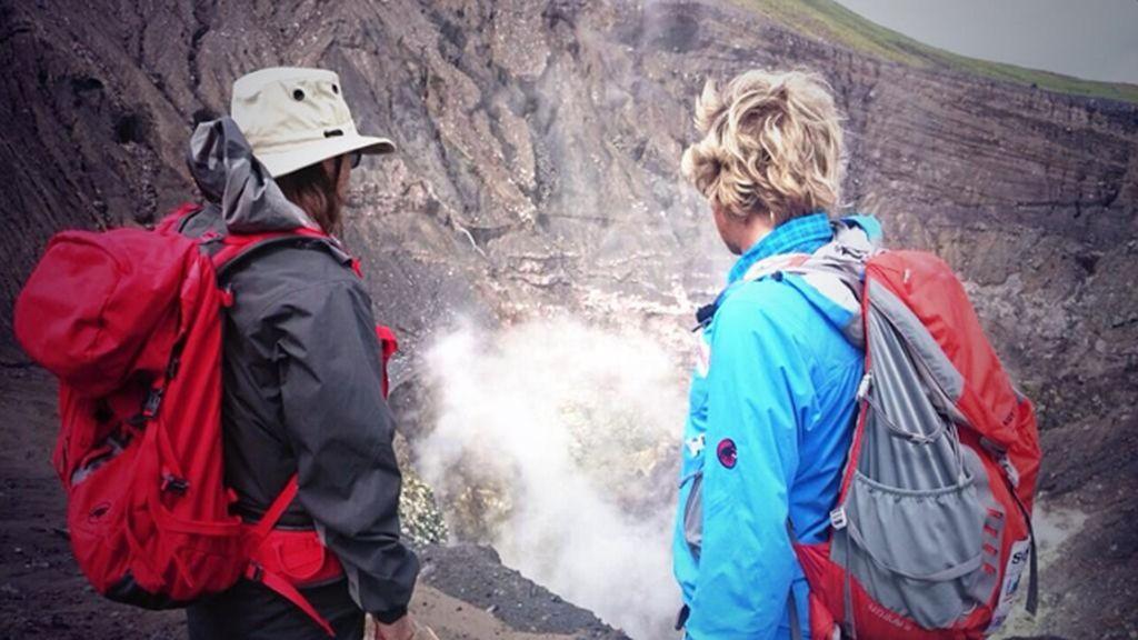 """""""Increíble poder asomarse al cráter de un volcán con actividad. ¡Gracias @JesusCalleja!"""""""