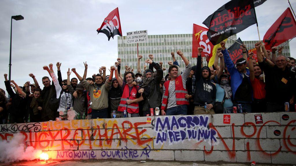 Manifestantes asisten a una protesta contra las reformas laborales del gobierno francés