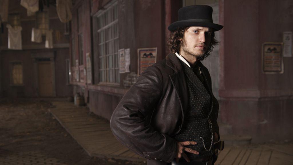 Tom Weston-Jones es el detective Corcoran