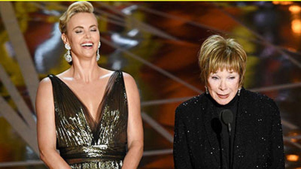 Charlize Theron y Shirley MacLane en la gala de los Oscar 2017