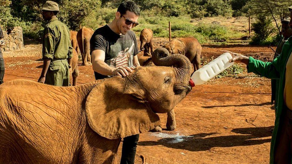 Miguel Ángel Silvestre en Kenia con un elefante bebé
