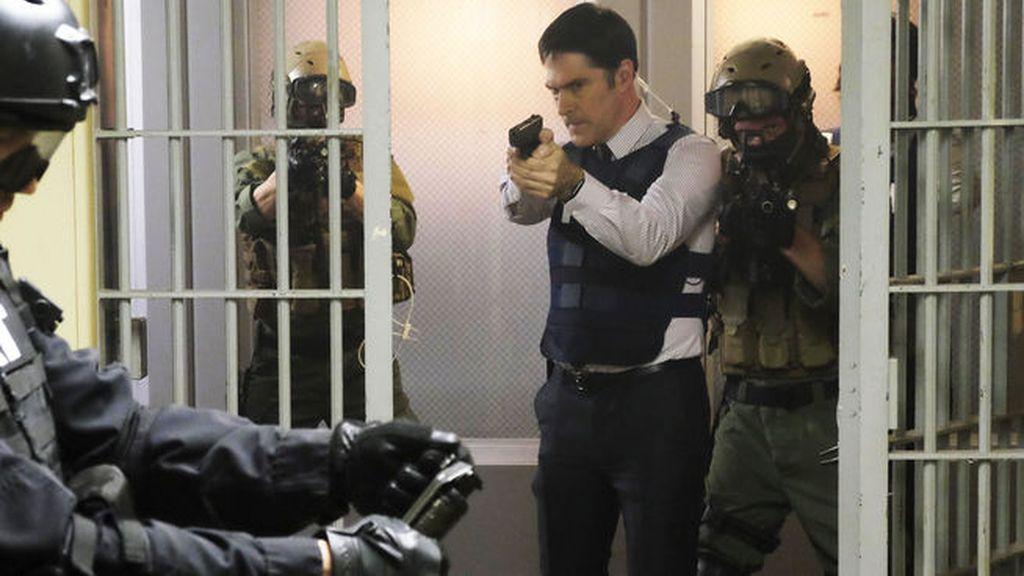 Hotchner, acusado de conspiración, es detenido por el SWAT en 'Mentes criminales'