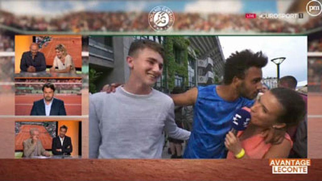 El tenista Maxime Hamou acosa a la periodista de Eurosport Maly Thomas en directo en el Roland Garros